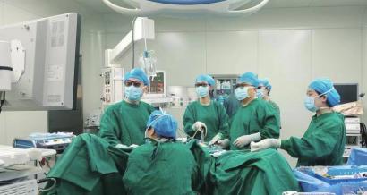 山大二院妇科主任朱琳(右二)带领团队为患者进行腔镜手术